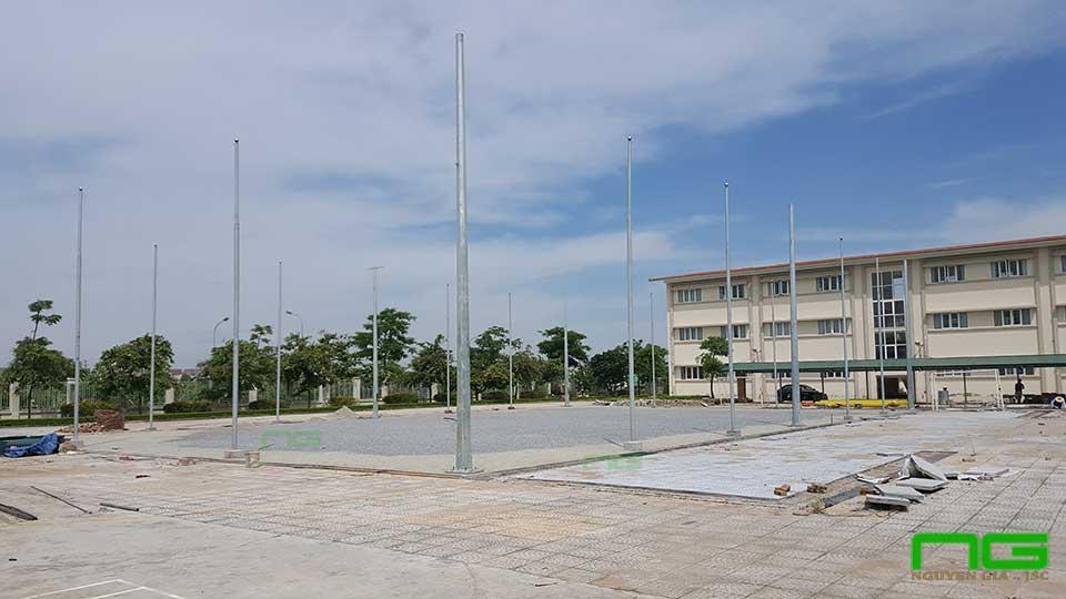 Trong cot dien xung quanh san bong da co nhan tao Phuc Loi