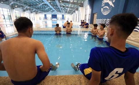 U19 Viet Nam tap luyen tren san co nhan tao PVF 4