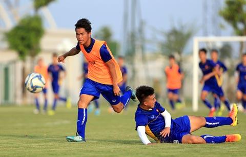 U19 Viet Nam tap luyen tren san co nhan tao PVF