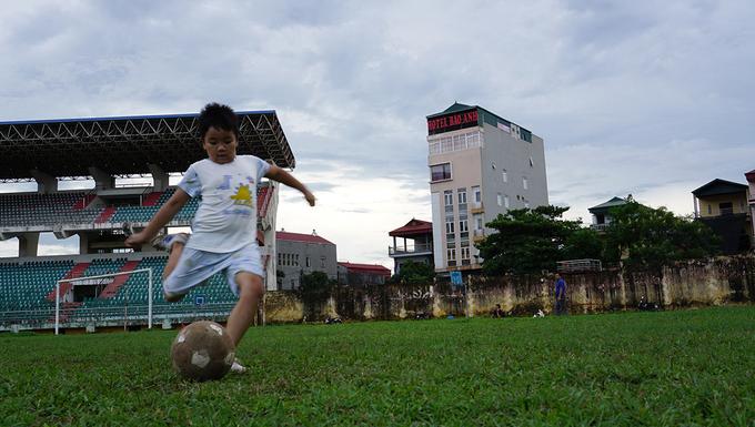San bong tieu chuan SEA Games bo hoang nhieu nam o Ninh Binh 5