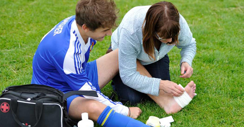 6 món đồ nên có khi đá bóng sân cỏ mini