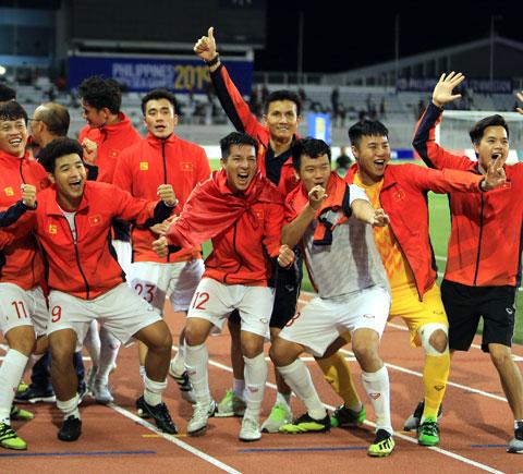 HLV thủ môn Nguyễn Thế Anh (giữa) ăn mừng chức vô địch SEA Games 30 cùng các học trò ở U22 Việt Nam