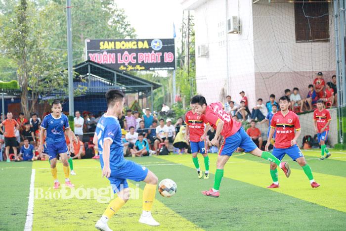 Tran chung ket giua hai doi Quoc An Quoc Michel (ao do) va Minh Hang FC